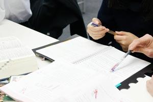 定期テストの課題、宿題をする生徒
