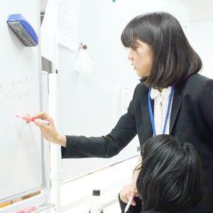 生徒たちの様子を見る講師
